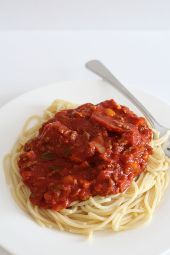 A plate of spaghetti and meat sauce.